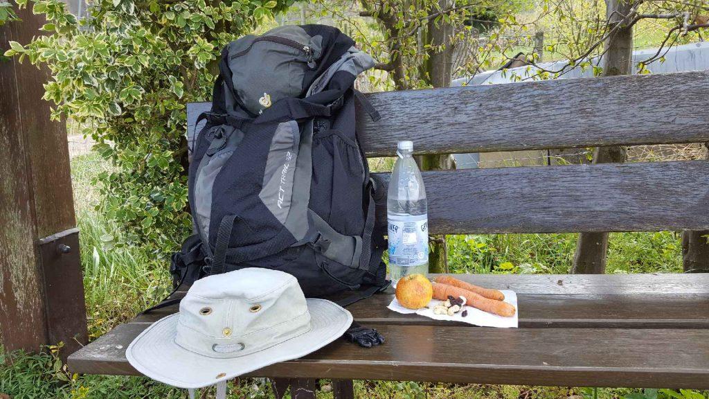 Vom Kaufen und Packen eines Rucksacks: Bei einer Rast lassen sich schnell eingepackte Snacks hervorzaubern.