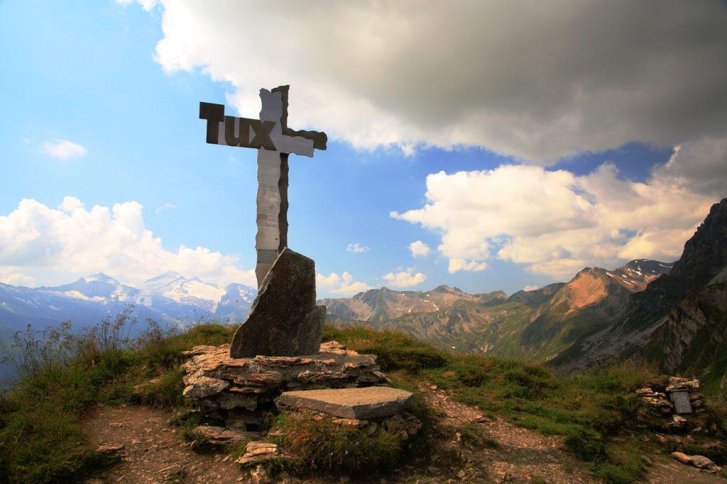 Belohnung für die Mühen: Das Gipfelkreuz und vor allem der Ausblick